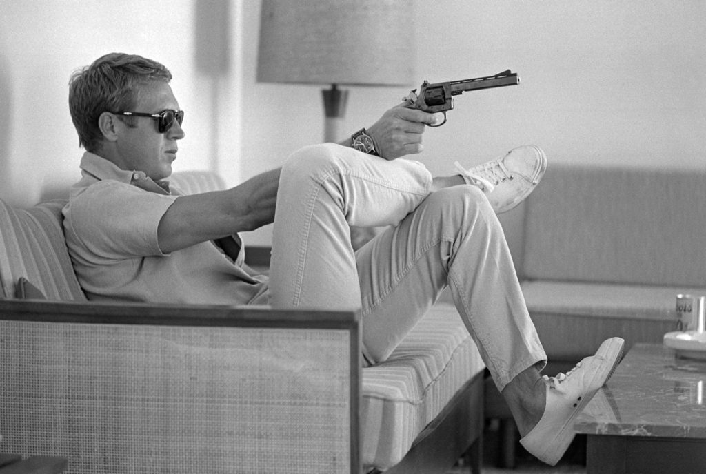 Steve McQueen aims a pistol in his living room. (Photo by Loomis Dean/The LIFE Picture Collection © Meredith Corporation)