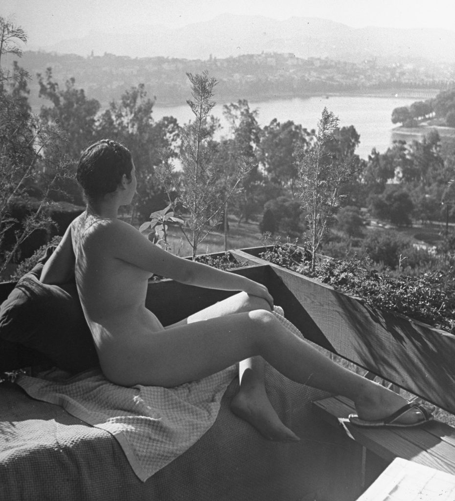 A nude model poses for artist Fletcher Martin in 1940.