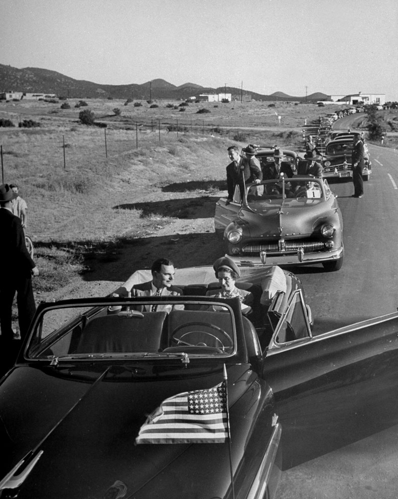 A car caravan takes GOP presidential candidate Thomas Dewey into the countryside in September 1948.