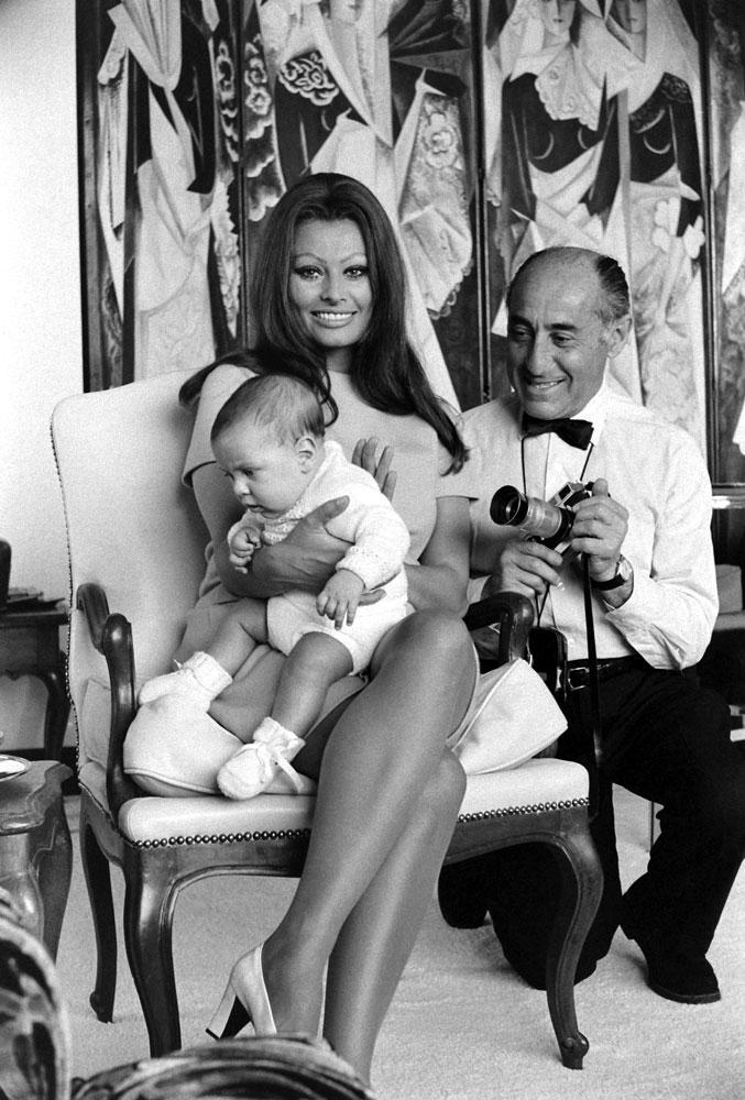 Sophia Loren and Alfred Eisenstaedt in the bedroom of her Italian villa, 1969.
