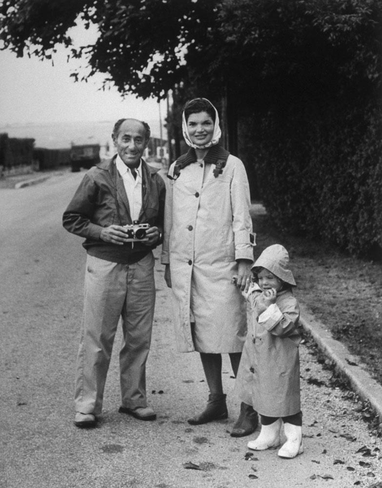 Alfred Eisenstaedt with Jackie Kennedy and Caroline Kennedy in Hyannis Port, Massachusets.