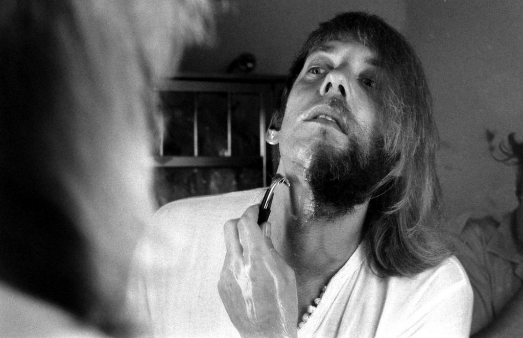 Donald Sutherland shaving, 1970.