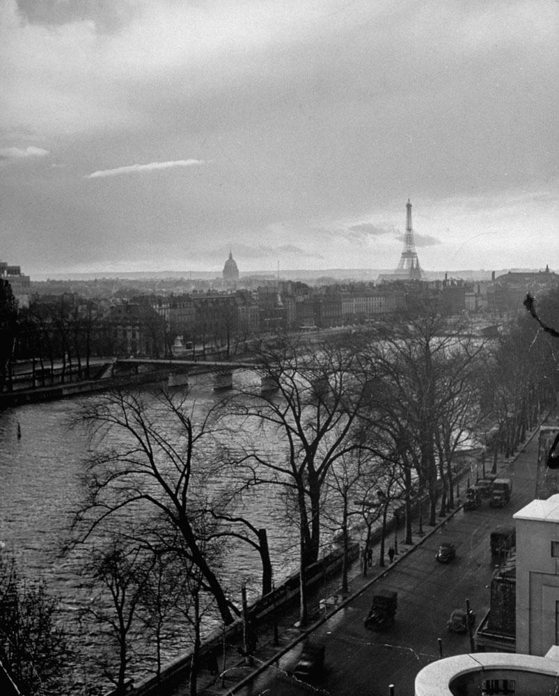 View along Quai du Louvre (today Quai François Mitterrand) down the Seine toward Ponte Des Arts with the Eiffel Tower in the distance, 1946.