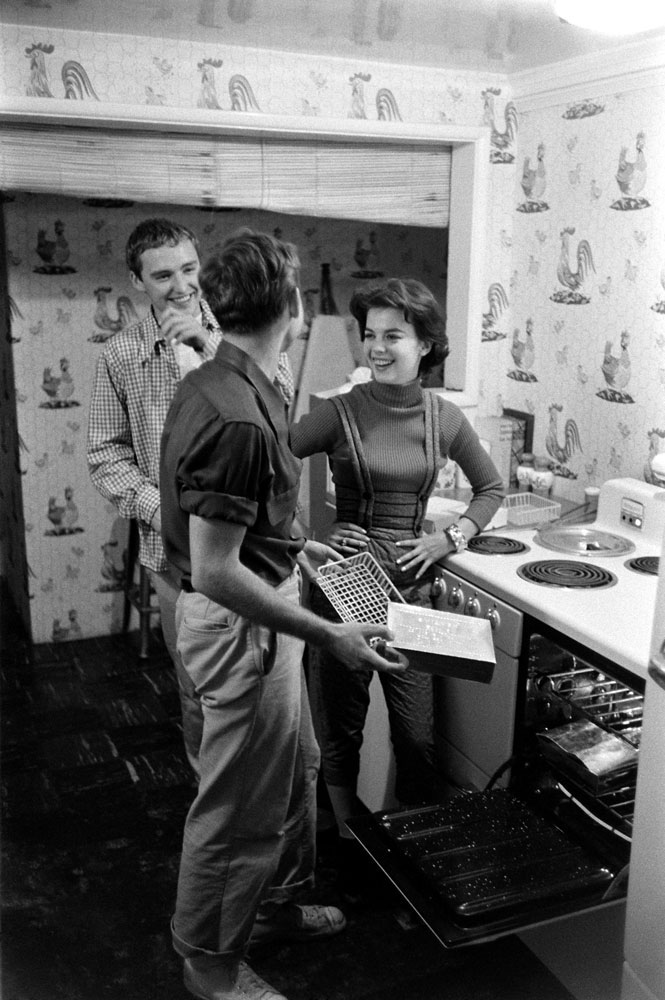 Natalie Wood, Dennis Hopper and Nick Adams make dinner in 1965.