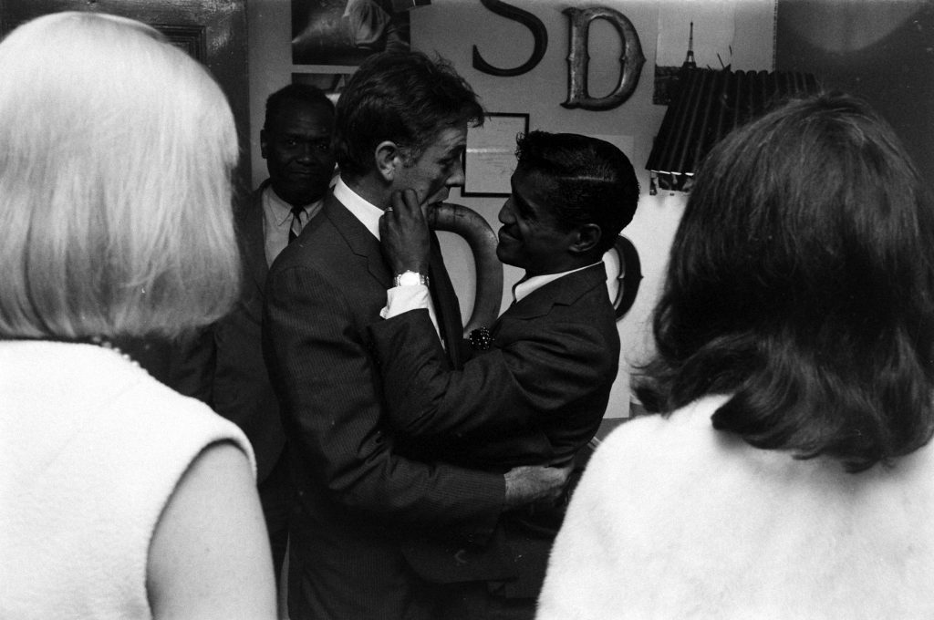 Sammy Davis Jr. with Richard Burton,1964.