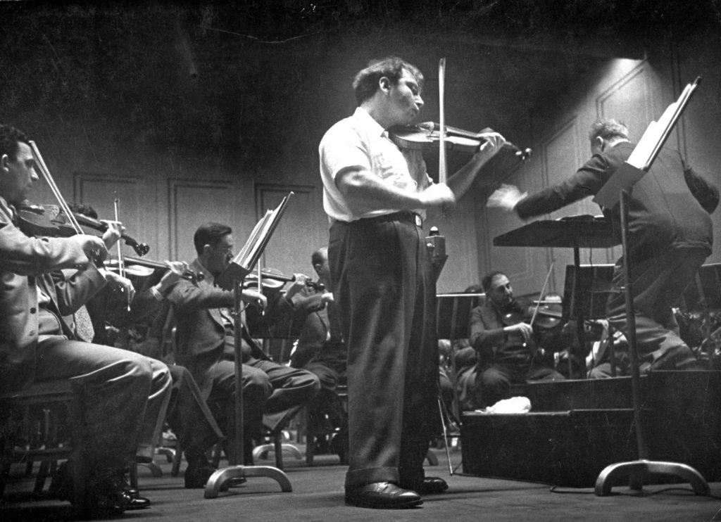 Shirtsleeved Isaac Stern plays Tchaikovsky concerto with Alexander Hilsberg.