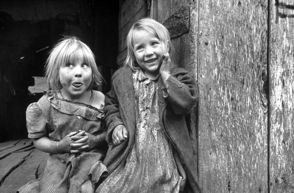 Four year old Flora and her sister Jacqueline Couch in Leslie County, Kentucky, 1949.
